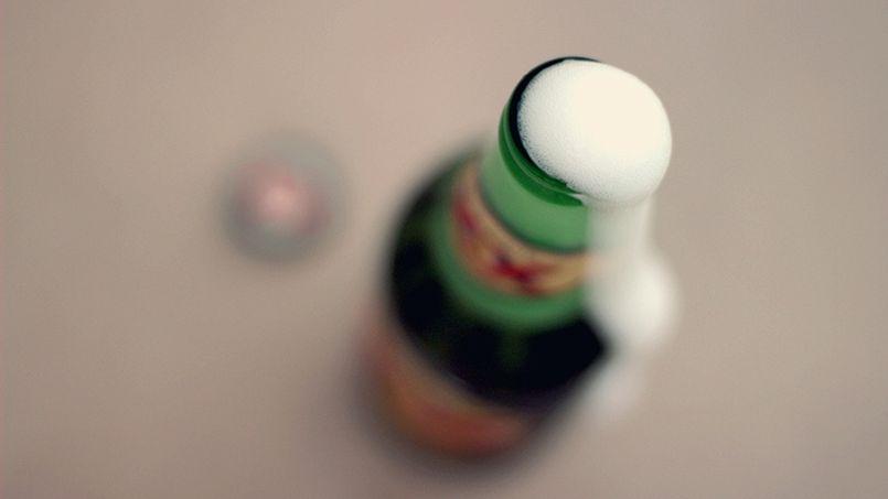 Ce pote qui tape sur ta bière pour la faire mousser